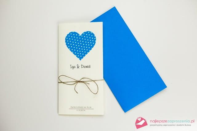 zaproszenia ślubne i niebieskie koperty