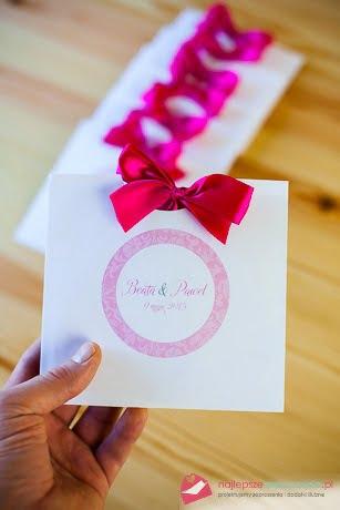 różowe zaproszenia z kopertą