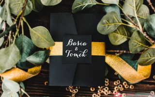 zaproszenia ślubne czarno złote zezłoceniem sparkles