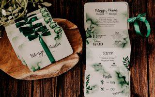zaproszenie zmotywem zielonych liści wkolorze butelkowej zieleni